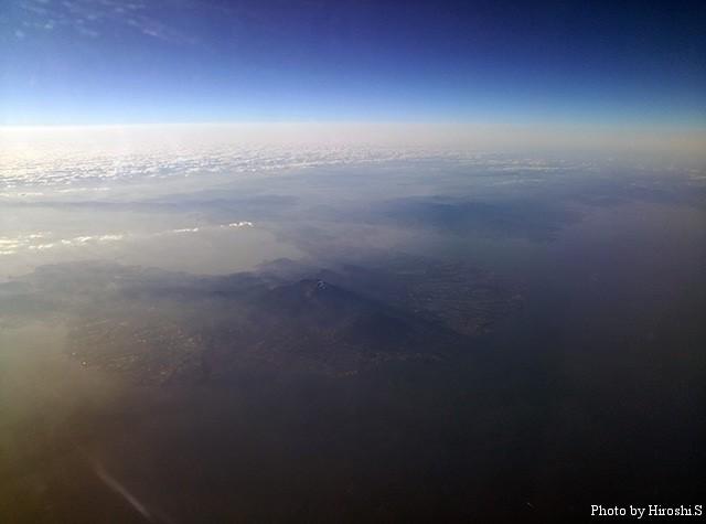 福岡空港より那覇へ向かう途中。眼下に見えるのは、雲仙普賢岳。
