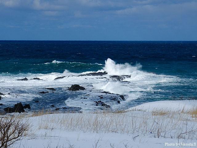 弁慶岬は、うねりを伴う高波に洗われていた。