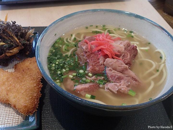 新石垣空港にて ソーキソバと魚のフライ、モズク天ぷら