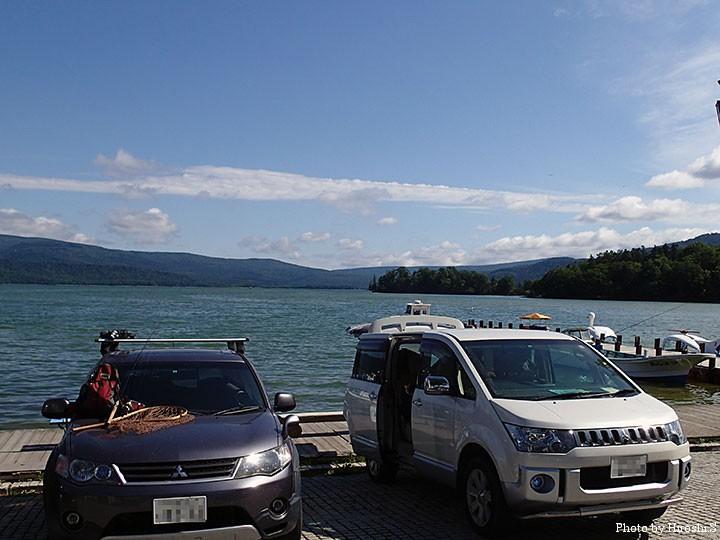 夏の阿寒湖。アオコで湖水の色が変わっている。