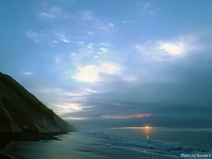 太平洋の夜明け。雲が多かったが、切れ間から朝日が顔を出してくれた。