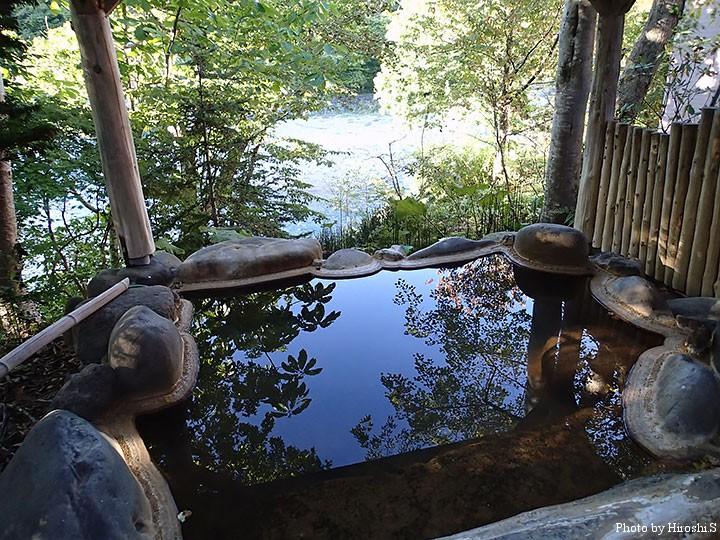 熊嶺荘の露天風呂からは、野田追川を見下ろす形になる。