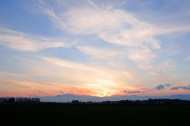 帯広市川西町付近 広い空と日高山脈に陽が沈む。