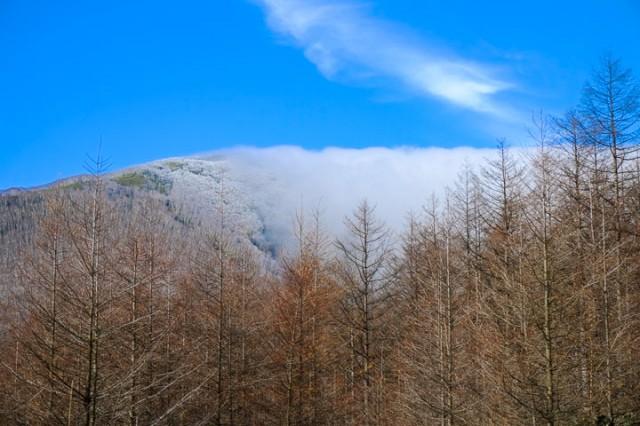 山が雲を遮り、降雪している場所としていない場所が明確に分かれている。