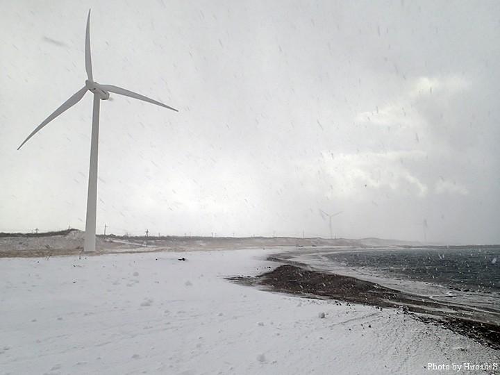 風が強まると同時に、横殴りの雪となる。