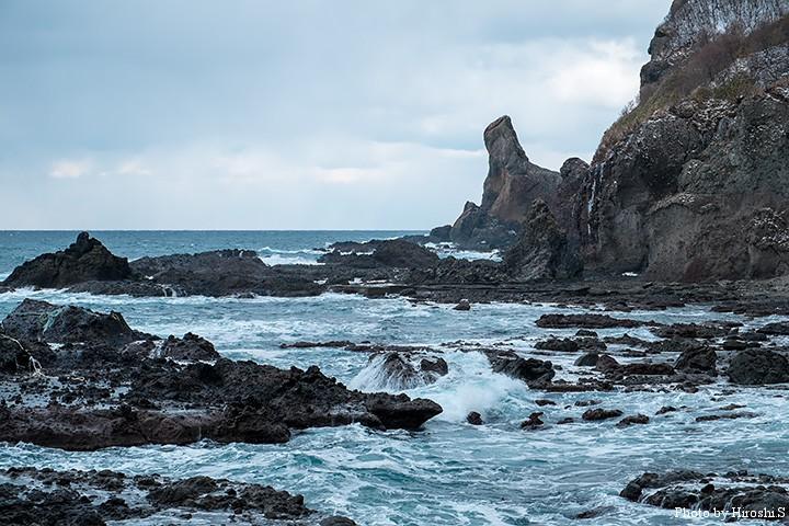 日本海の冬はこんなモノトーンの世界だ。