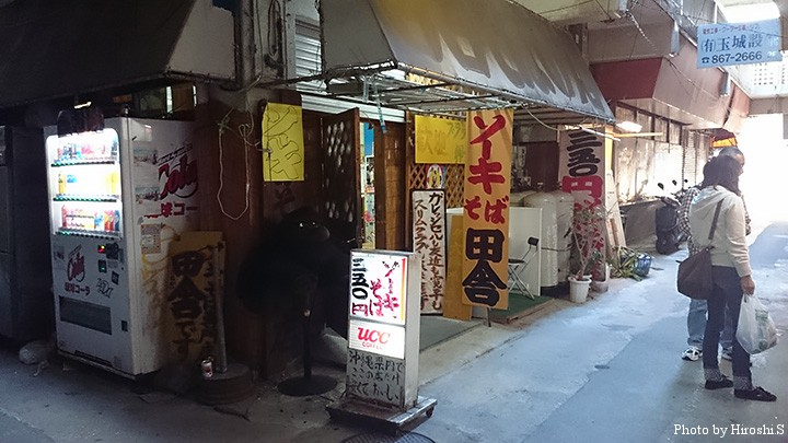 公設市場の裏手に位置するソーキソバ有名店。初めてだと、迷うような位置にある。