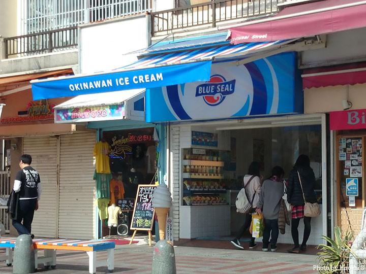 国際通りにて 何処の街でも女性はアイスクリームが好きなようだ