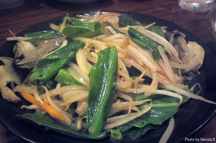石垣島 居酒屋にて 夜光貝と野菜の炒め物