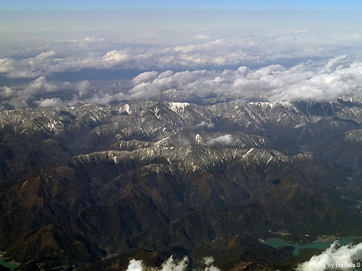 富士を過ぎると、山々が連なっている。南アルプスであろう。