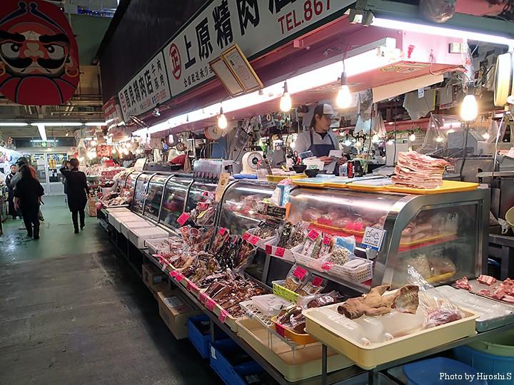 牧志公設市場にて 市場は鮮魚と肉が多く、これに少しの土産物屋と蒲鉾屋などが入居している。