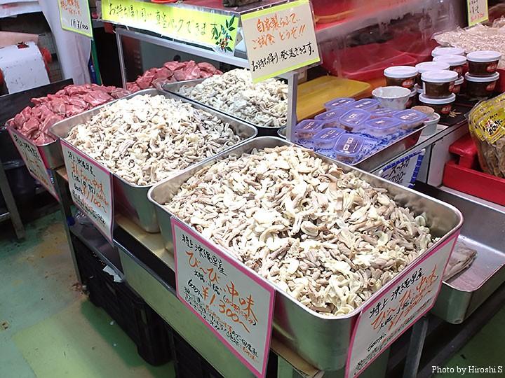 公設市場にて 沖縄では臓物を「なかみ」と呼ぶ