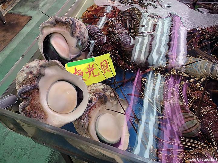 牧志公設市場にて 夜光貝とイセエビ