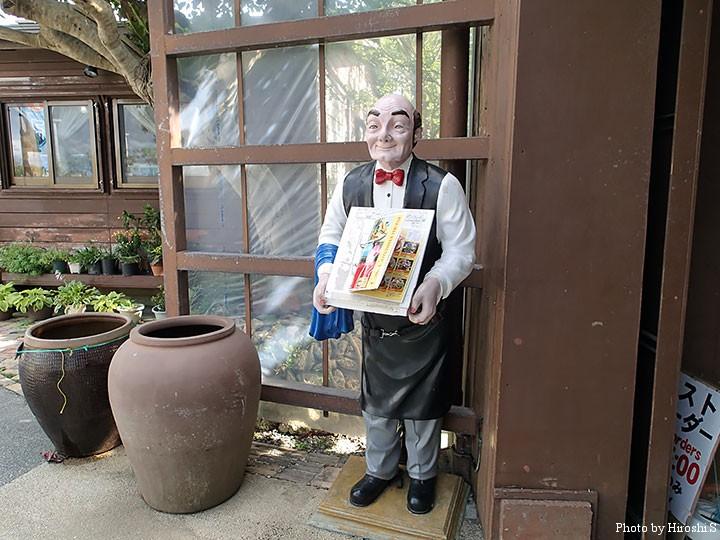 カフェくるくま 入口の人形