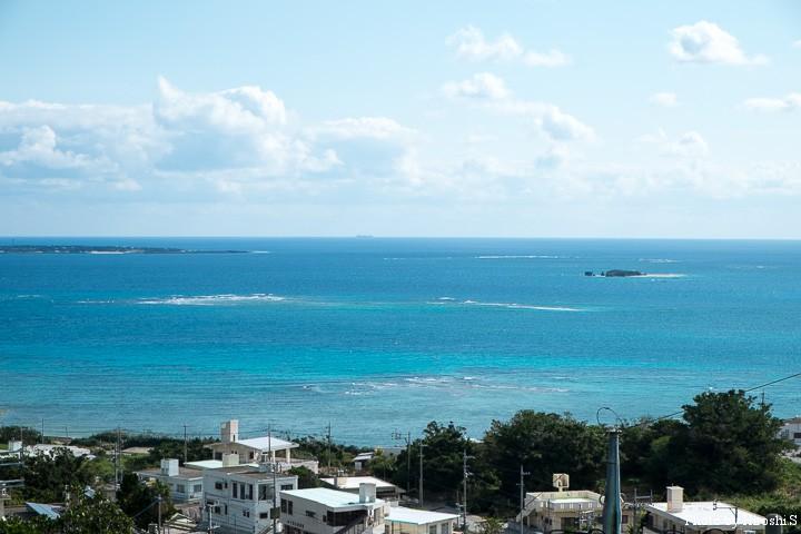 知念城跡付近から 左手の島は久高島、右手の小さな島はクマカ島である
