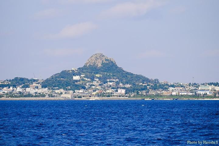 伊江島 特徴的な形の山は城山という