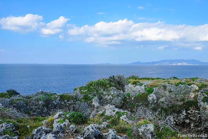 恩納村 万座毛付近から本部半島を望む