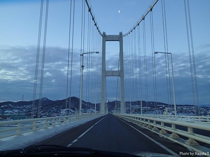 明け方少し前に、白鳥大橋を渡る。