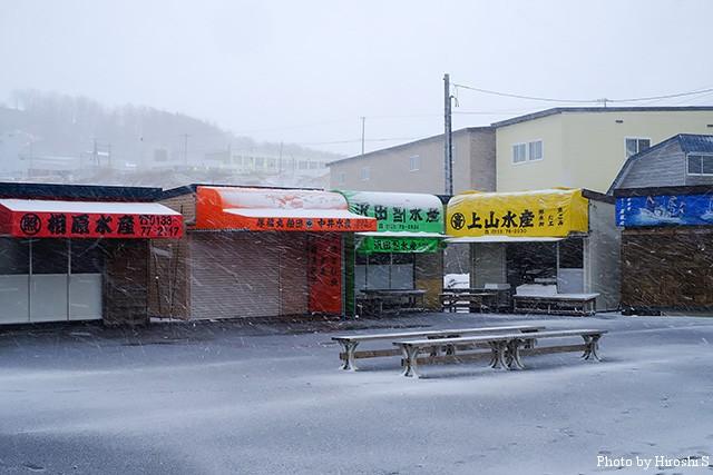 一見、全て閉店しているように見えるが、開店している店もあるのだ!