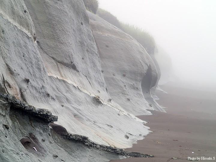 場所により粘土質の岩が向きだしとなっている