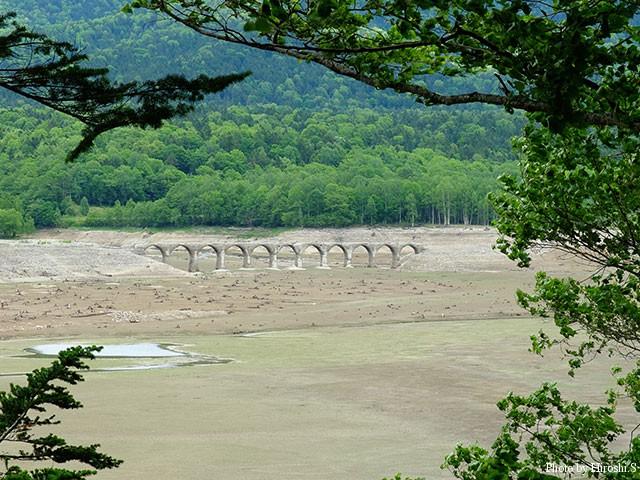 糠平湖 タウシュベツ橋梁 釣り人にはめがね橋の方が通りは良いはずだ。