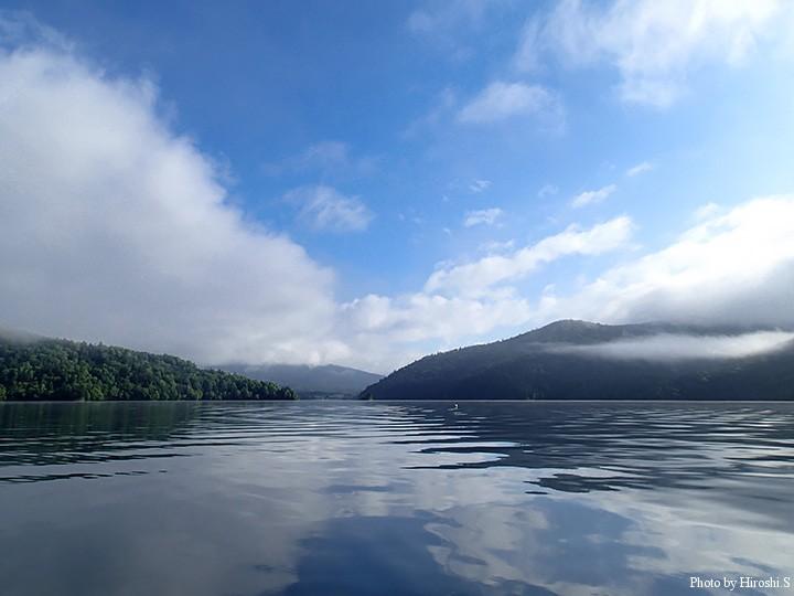 ボートを漕ぎ、湖中央まで行った頃には霧も晴れ、青空がみえていた。