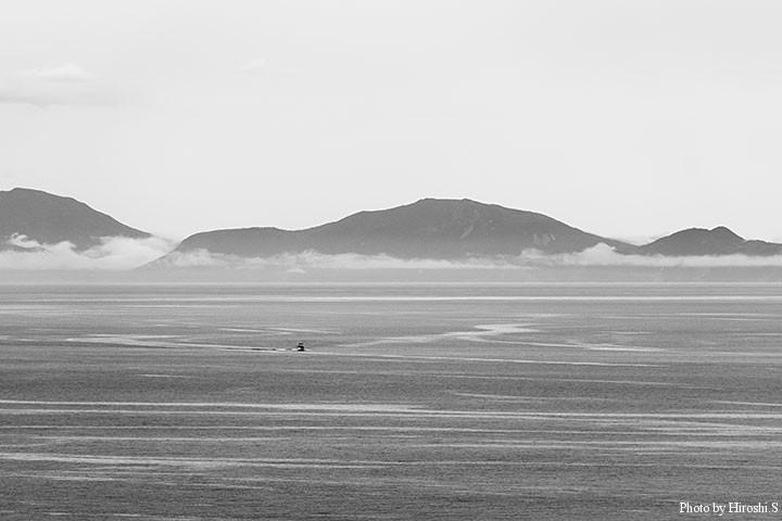 羅臼灯台より ようやく霧がはれ国後島が眼下に 羅臼は国境の地である