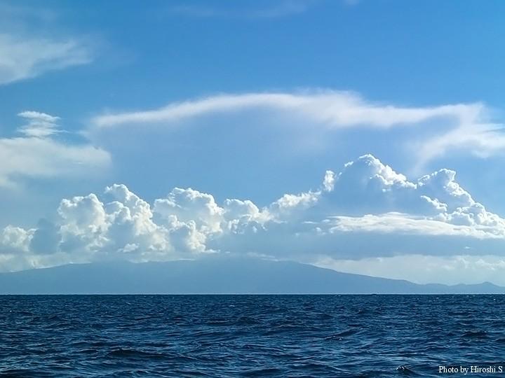 季節は秋だが、渡島半島方面には夏のような雲が浮かんでいた。