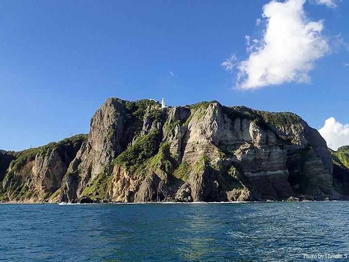 地球岬 海からみると、その崖は険しい。