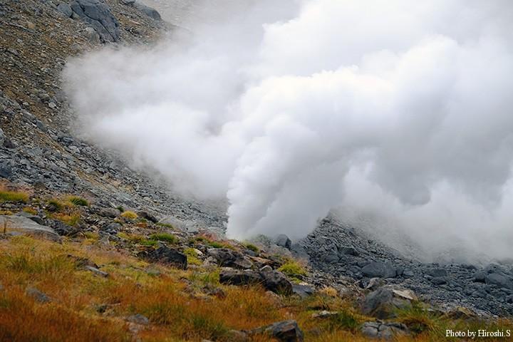 噴気孔は旭岳が活火山であることを示している