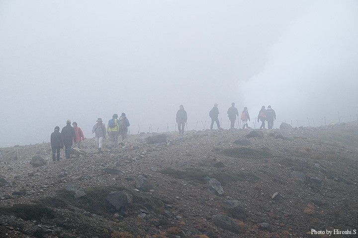 遊歩道であっても、山の霧は嫌なものだ