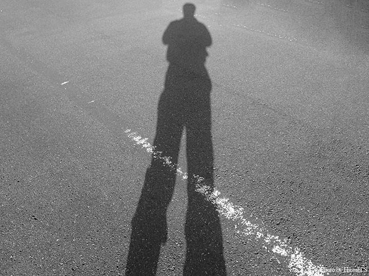 朝7時でこんな長い影が。季節は冬に着実に向かっている。