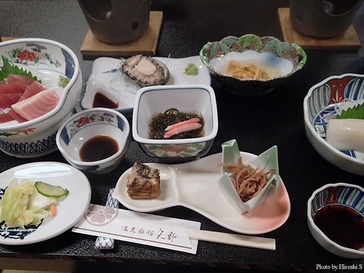 矢野旅館の夕食 これに鍋類が三種つく