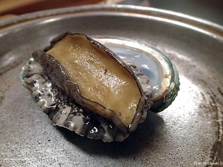 蝦夷鮑の酒蒸し 鍋で鮑が生きている間に日本酒を注ぎ、直ぐ蓋をするのがコツだそうだ。全く固くならず、美味。
