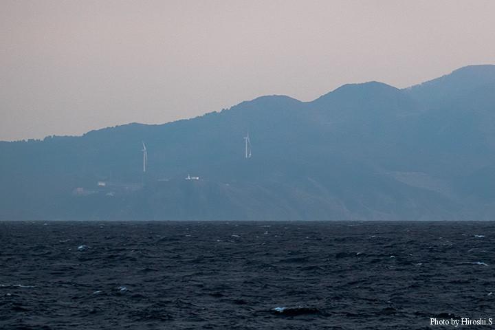 望遠で撮影し、現像で調整したところ、竜飛岬の灯台や風力発電の風車がハッキリと判る距離である。