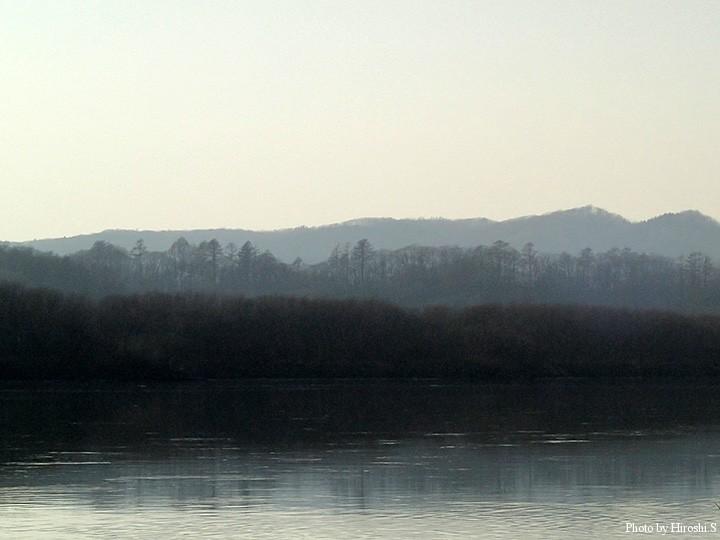 日中遅くまで、靄がかかっていたようだ。対岸を眺めると水墨画のようだ。