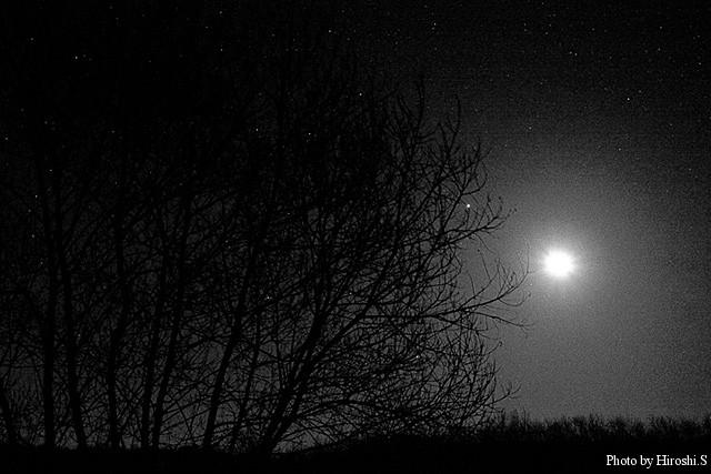 十勝川河川敷の星夜と月 ノイズは意図的に残してみた。
