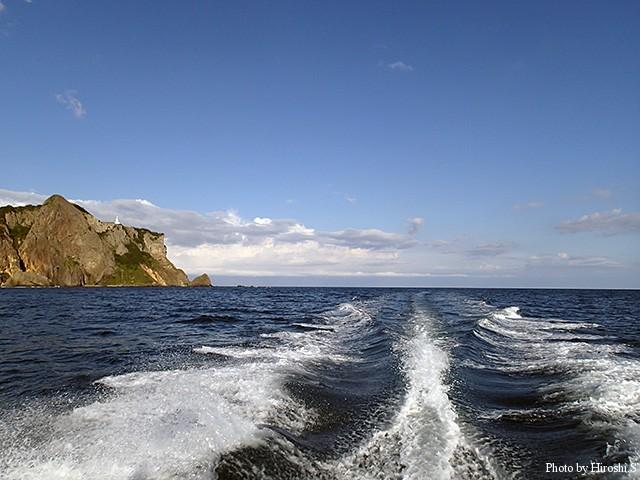 左側にみえるのが地球岬灯台