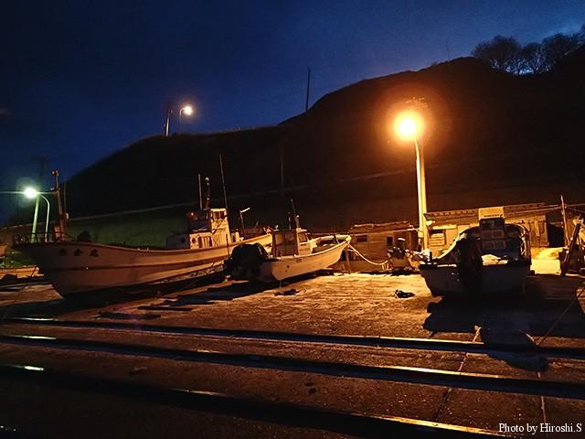 夜明け前の漁港 雪は殆ど降らなかったが、風が強かった。