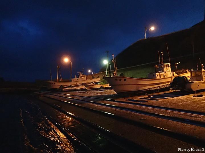 夜明け前の漁港は雪こそ無かったものの、強風に悩まされる。