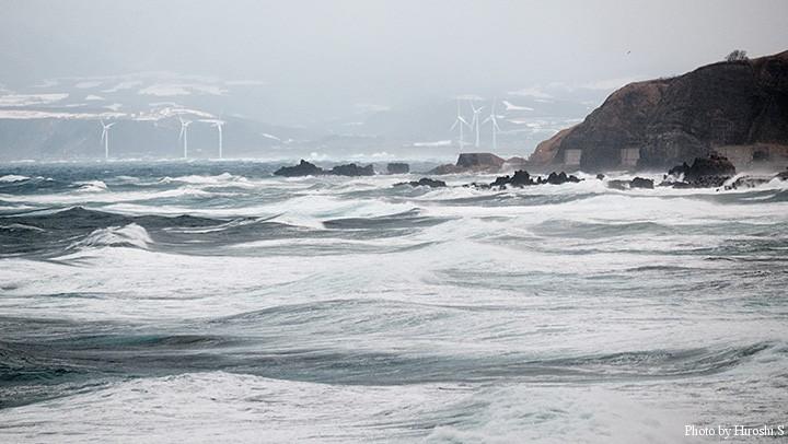 写真では判りづらいけど、波の高さは5~6mといったところ。大時化である。