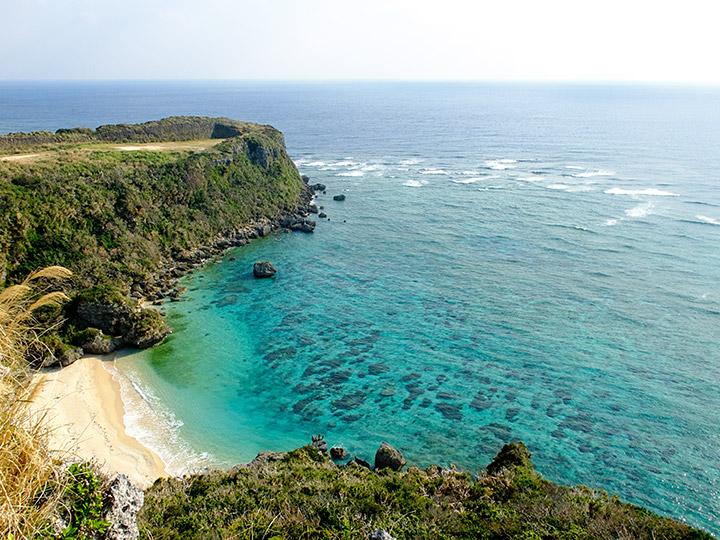 伊計島を後にして途中立ち寄った「ぬちまーす」工場近くの海岸 美しい海岸であった