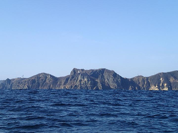 洋上からみる地球岬 少しウネリが入っているので岸が見えない