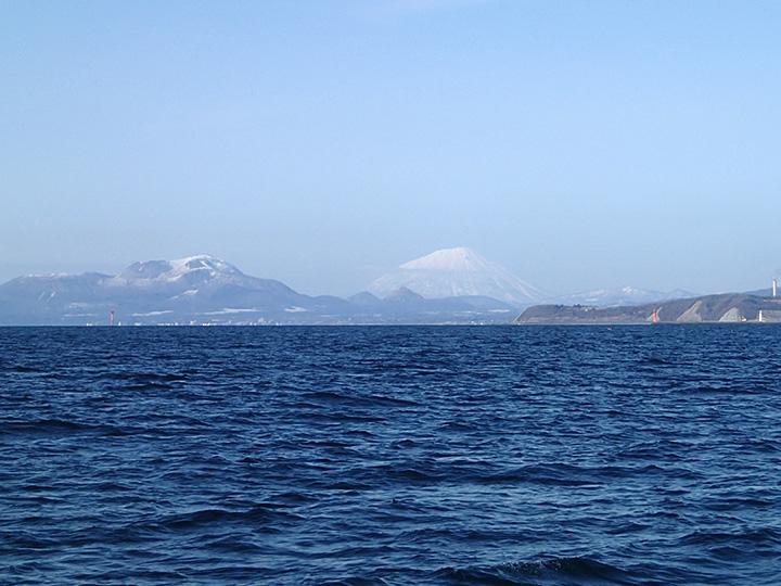 左手に有珠山、白いのは羊蹄山、そして羊蹄山に重なっている昭和新山