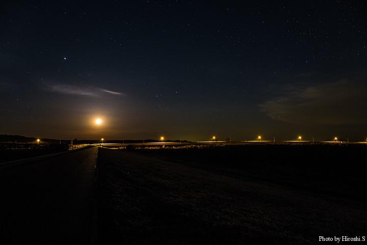 十勝大橋にて 橋の上、左に光っているのは月