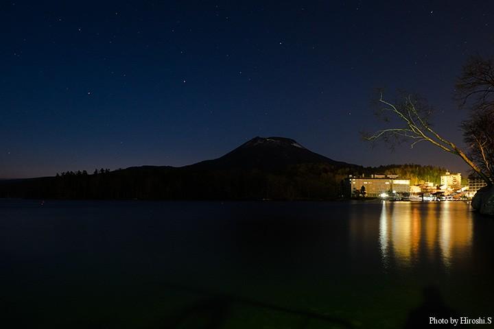 2時半くらいの阿寒湖 長時間露光すると、東が僅かに染まっている
