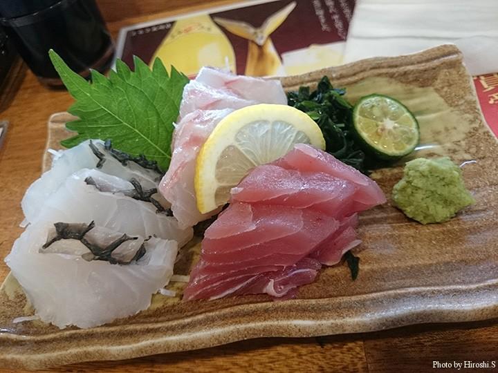 石垣島 居酒屋まるさ美崎店 刺身三点盛り(左からイラブチャー、ミーバイ、マグロ)