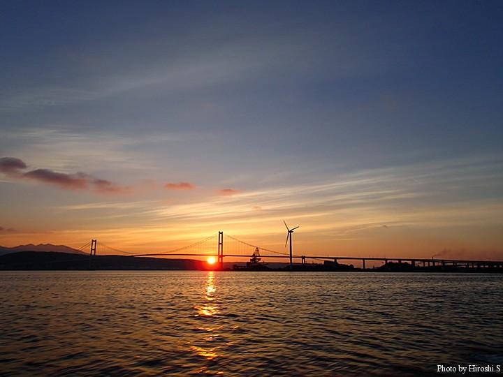白鳥大橋の向こうに太陽が昇ってきた。