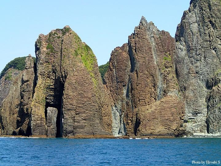 見えづらいが左下は岩が四角く貫通している。人工物ではなく、自然の妙技とのことだ。