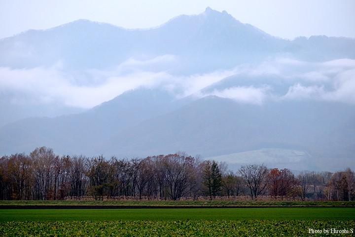 十勝に入ると、剣山(つるぎやま)のシルエットと雲が目に入った。